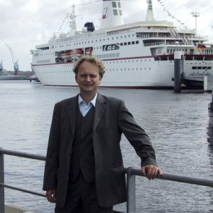 """Dirk Augele im August 2003 vor der """"MS Deutschland"""" beim Führungskrätftetreffen der Axel Springer AG"""